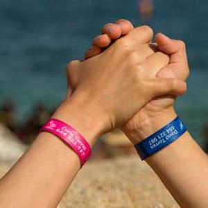 353329556a44 Stikets.com vende más de 43.000 pulseras identificativas para niños ...